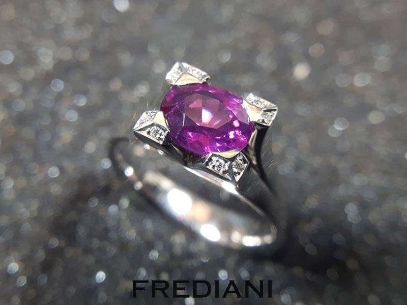 Bague en or blanc sertie d'un saphir violet et de 8 diamants
